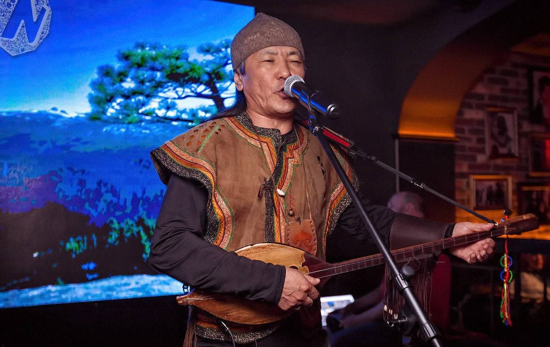 Het concert van traditionele Altai zangers – Bolot Bairyshev en Radmila & Emil Terkishevs
