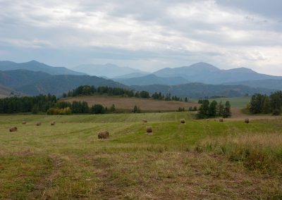 Uitzicht op de bergruggen in Altai