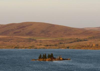 Een eiland in het midden van het Beloye meer