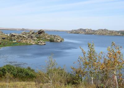 Uitzicht op het Kolyvan meer met granieten rotsen