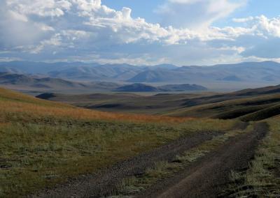 Weg naar de Chuya steppe van af de Chikhachev bergketen