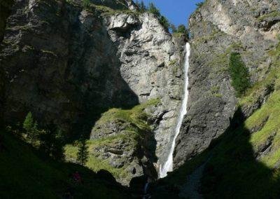 De grootste waterval in Altai krai